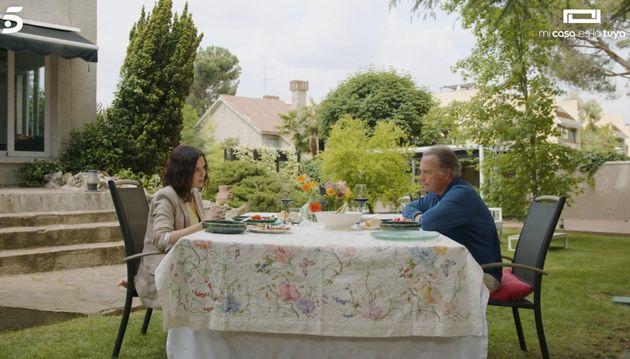 Ayuso y Bertín comen en el jardín de la casa de Miguel Ángel