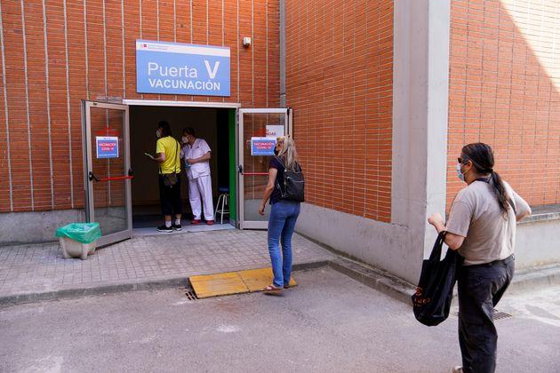 Largas colas para vacunarse en el Hospital Severo Ochoa en Leganés,