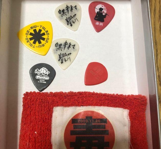 ライブでの戦利品。ギターのピックやリストバンド