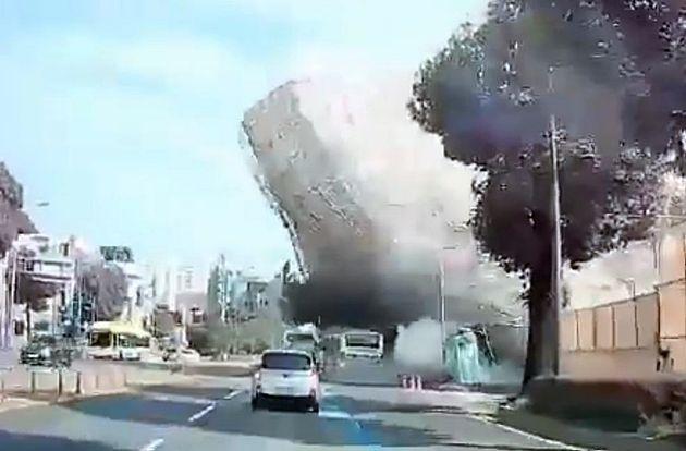 지난 9일 광주 동구 학동에서 철거 중인 건물이 무너지면서 54번 시내버스를 덮치는 순간. 버스는 잔해물 더미에 깔렸고, 이번 사고로 총 9명의 시민이