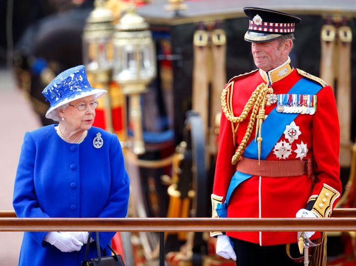 Isabel II junto al duque de Kent en el Trooping The Colour de 2013.