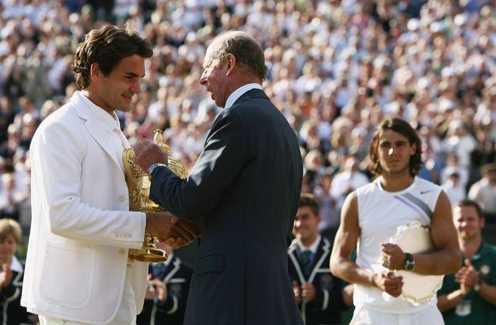 El duque de Kent entregando el trofeo de  Wimbledon 2007 a Roger Federer.