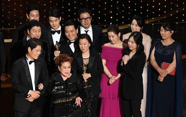 前列左から2番目が『パラサイト』プロデューサーでCJグループ副会長のイ・ミギョン。2020年アカデミー賞授賞式にて
