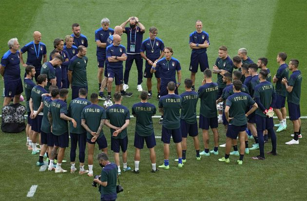 Italy's coach Roberto Mancini (C) talks to players during a training session at the Olympic Stadium in...