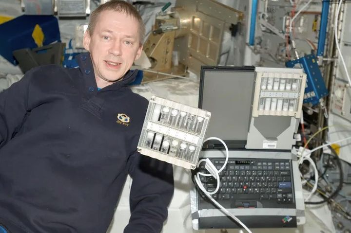 Las espumas se comportan de forma muy diferente cuando no hay gravedad que las deforme. El astronauta Frank De Winne posa en la EEI con el experimento FOAM Stability.