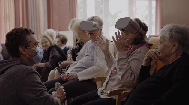 Ο Δημήτρης Καμπανάρος με τους ηλικιωμένους στην μονάδα την ώρα που τους ψυχαγωγεί - εκπαιδεύει με virtual