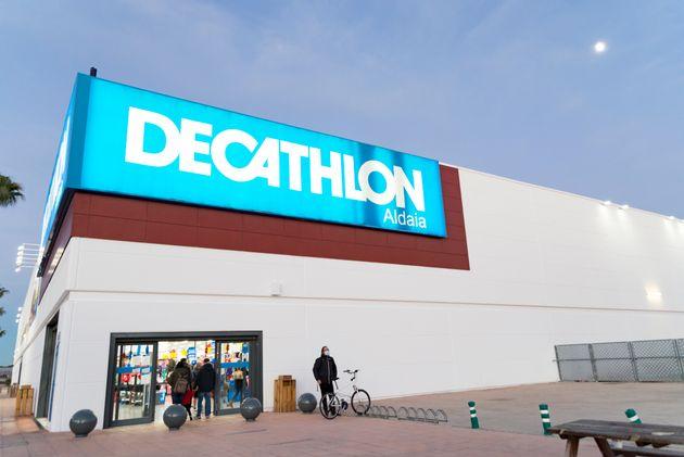 El exterior de una tienda de Decathlon en