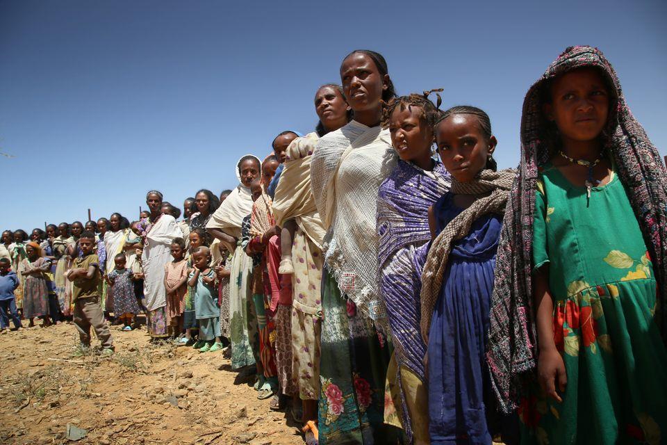 Des femmes faisant la queue avec leurs enfants pour une consultation médicale dans une clinique mobile gérée par MSF à Adiftaw, ...