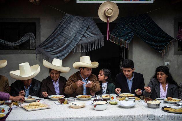 Castillo, en el centro, en un desayuno con su familia el día de la segunda vuelta electoral, en...