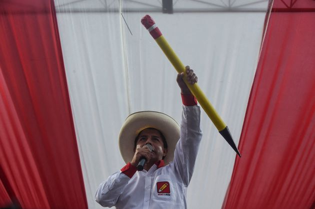 Pedro Castillo, con un lápiz, símbolo de Perú Libre, desde la sede del partido,...