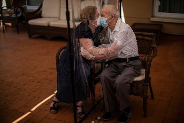 Agustina Cañamero, de 81 años, abraza y besa a su marido Pascual Pérez, de