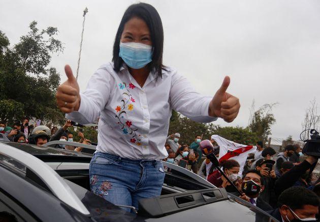 La candidata derechista a la presidencia de Perú, Keiko Fujimori, saluda a sus seguidores después...