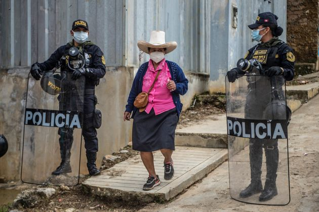 Una mujer va a votar en Tacabamba, en la región de Cajamarca, al norte del