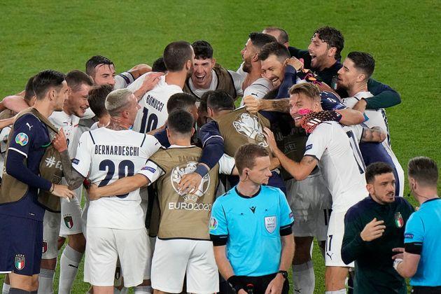 L'équipe italienne célèbre sa victoire face à la Turquie en match d'ouverture...