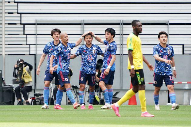先制点を決めた久保建英選手を祝福する日本代表U-24の選手たち