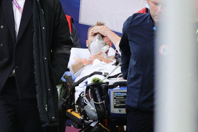 Eriksen se lleva la mano a la cabeza tras desplomarse sobre el