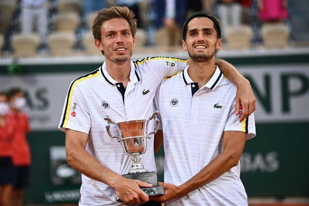 Nicolas Mahut etPierre-Hugues Herbert après leur victoire en finale du double de Roland-Garros,...