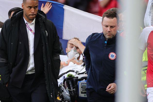Après de très longues minutes d'intervention des secours, Christian Eriksen a finalement été évacué de...