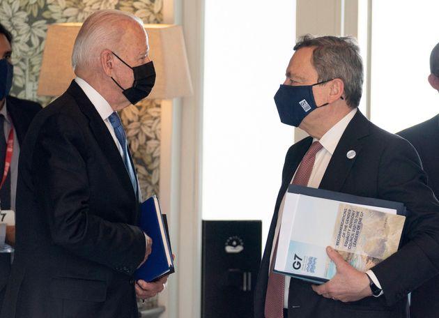 Il presidente Usa Joe Biden (S) e il premier Mario Draghi durante il G7 2021 a presidenza britannica,...