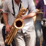 Un músico callejero de A Coruña triunfa con lo que hizo al ver una mesa de Vox a su