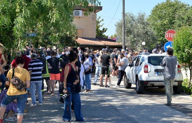 Stampa e curiosi presso la casa dove si barricato luomo che ha sparato e ucciso due bambini e un signore...