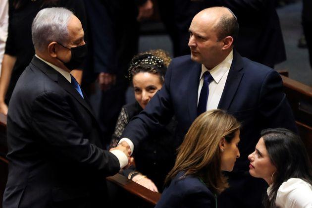 Ο Μπέντζαμιν Νετανιάχου συγχαίρει τον νέο πρωθυπουργό του Ισραήλ Ναφτάλι Μπένετ μετά το τέλος της ψηφοφορίας...