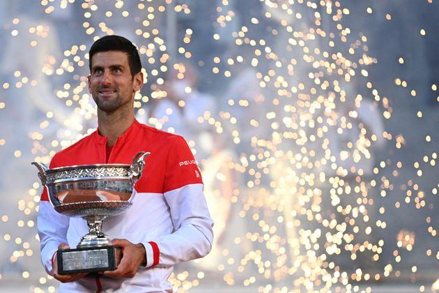Novak Djokovic posant avec son trophée de Roland-Garros remporté ce 13 juin