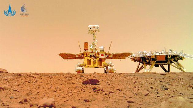 El robot explorador Zhurong y la plataforma de amartizaje Tianwen, en la superficie de