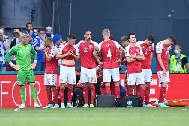 治療を受けるクリスチャン・エリクセン選手を囲むデンマーク代表の選手たち(2021年6月12日撮影)