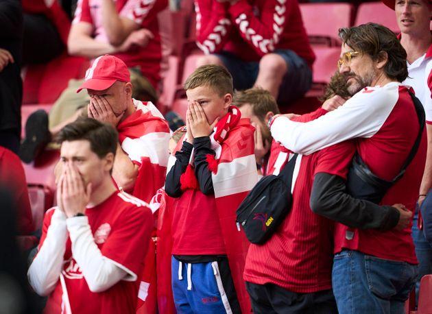 デンマーク代表のファンたちも心配してその様子を見守った(2021年6月12日撮影)