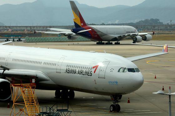 2020년 10월 12일 인천국제공항공사 1터미널 계류장에 있는 아시아나여객기의