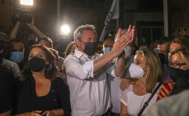 Juan Espadas, festejando su resultado, anoche, en la sede del PSOE-A en