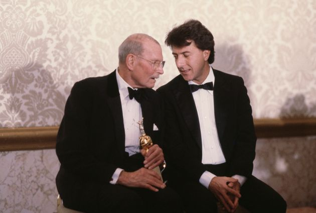 Laurence Olivier (1907-1989) e Dustin Hoffman alla cerimonia dei Golden Globe (Photo by Michael Montfort/Michael...