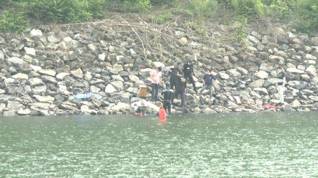 저수지 수중을 확인하기 위해 잠수부들이 수색하고