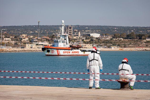 El barco de Open Arms, el pasado abril, llegando al puerto de Pozzallo con 209 personas a
