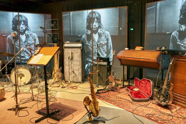 Εξήντα χρόνια Rolling Stones: Κοστούμια, κιθάρες, φωτογραφίες κι ένα βρώμικο