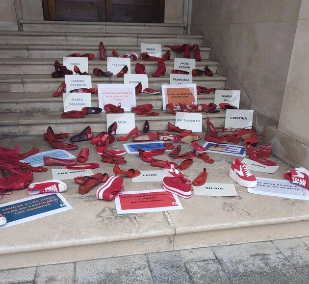 Performance que ocupa las escaleras de la Subdelegación del Gobierno en Alicante en recuerdo de las víctimas...