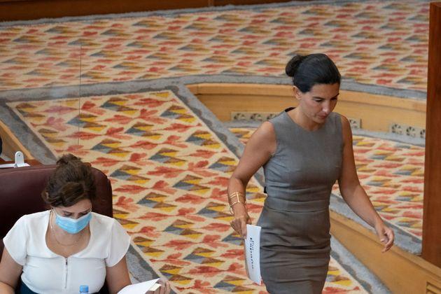 La portavoz de Vox en la Asamblea de Madrid, Rocío Monasterio, pasa junto a la presidenta, Isabel Díaz...