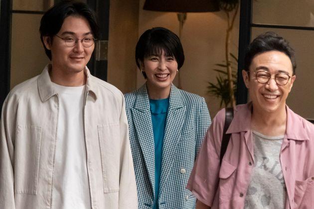 とわ子(松たか子さん、中央)と、元夫の八作(松田龍平さん、左)と鹿太郎(角田晃広さん、右)