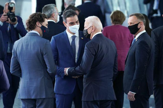 Pedro Sánchez conversa con Joe Biden y Justin Trudeau, ayer, en la cumbre de la OTAN en