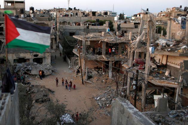 Una bandera palestina ondea en Gaza, destrozada tras la última ofensiva de Israel, el pasado 25...