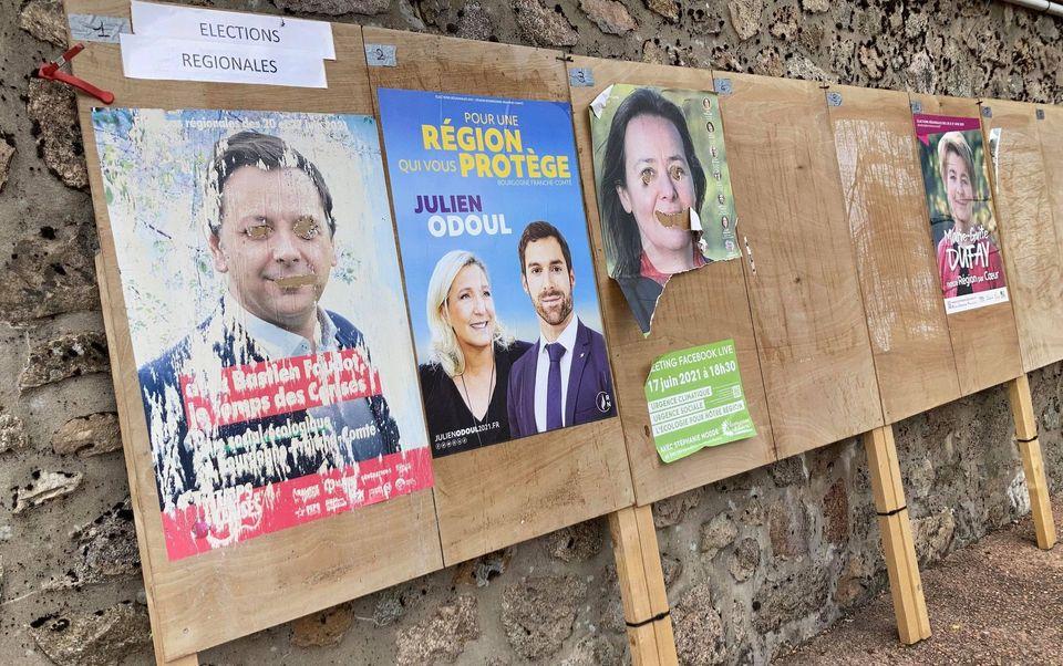 Les affiches électorales placardées dans la rue principale de