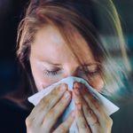 Mal di testa, mal di gola e naso che cola: ecco i sintomi della variante