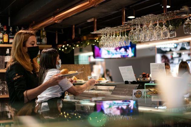 Dos camareras en un bar de Victoria