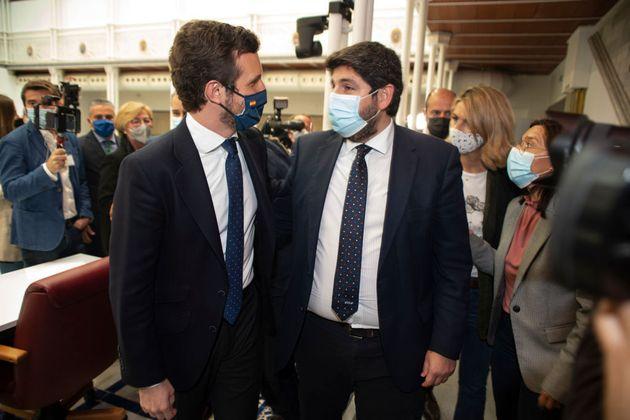 El líder del PP, Pablo Casado (izq) y el presidente de Murcia, el popular Fernando López Miras, el 18...