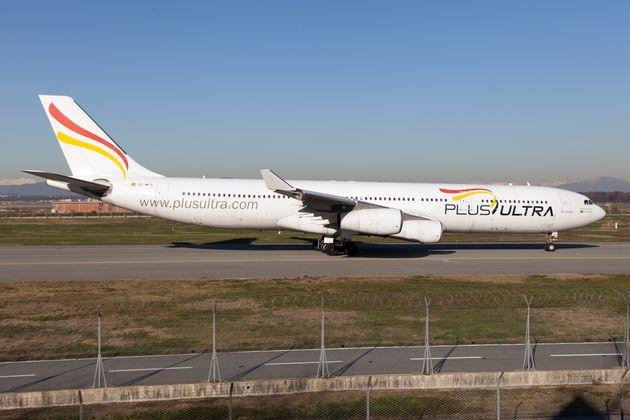 Un avión de la aerolínea Plus Ultra en el aeropuerto de Milán