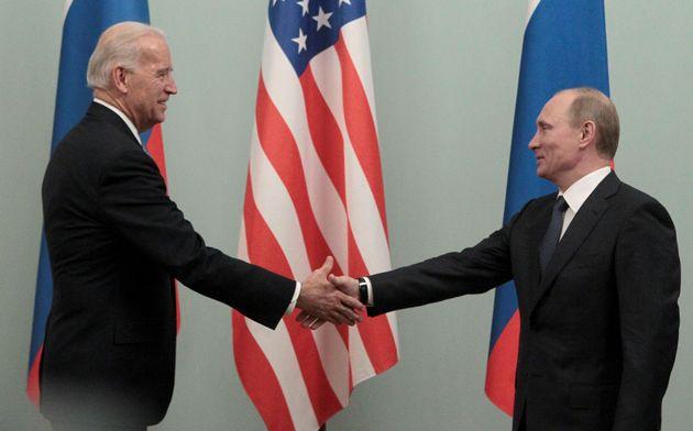 Joe Biden et Vladimir Poutine se serrent la main lor d'une rencontre à Moscou en mars