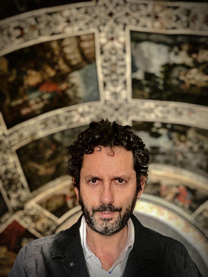 Manuel Ríos San Martín, en uno de los escenarios de su novela