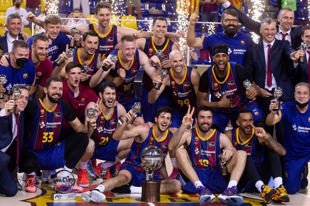 Los jugadores del Barcelona tras recibir el trofeo de campeones de la Liga