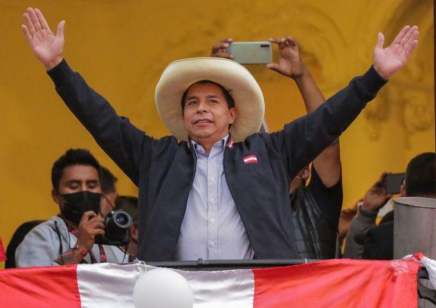 Pedro Castillo saluda a sus seguidores desde un balcón en